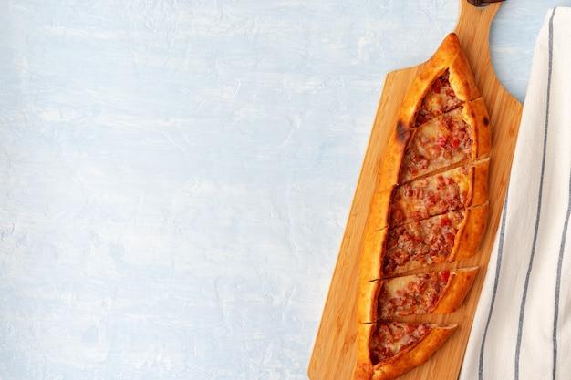 Turks gebakken pidebrood op lichtblauwe houten oppervlakte