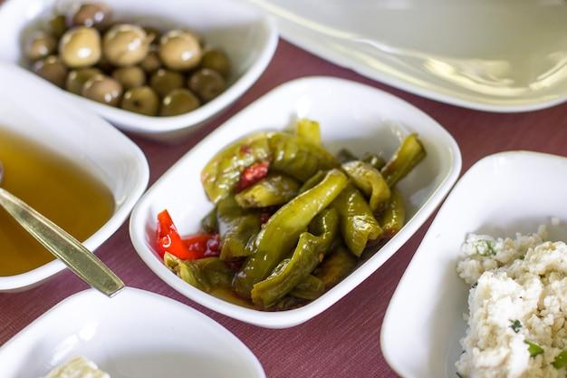 Turks ontbijt. olijven, gebakken pepers, honing, zelfgemaakte kwark