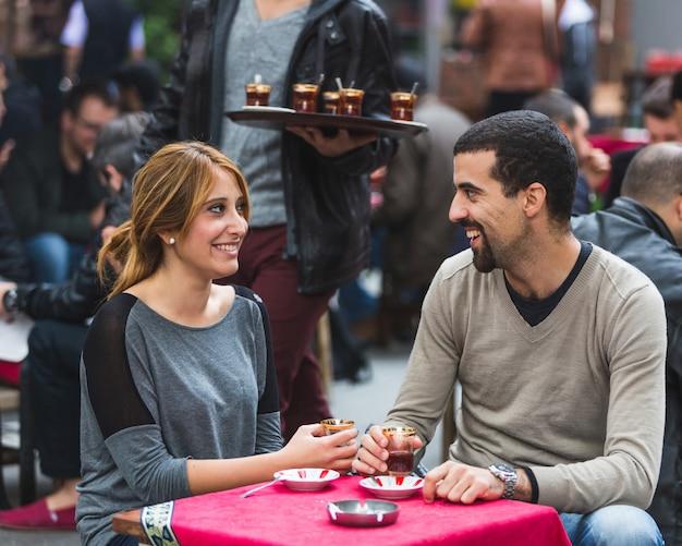 Turks paar dat cay, traditionele thee, in istanboel drinkt