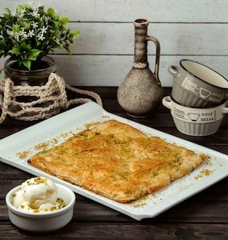 Turks zoet bladerdeeg met gepureerde pistachenoten op een houten tafel