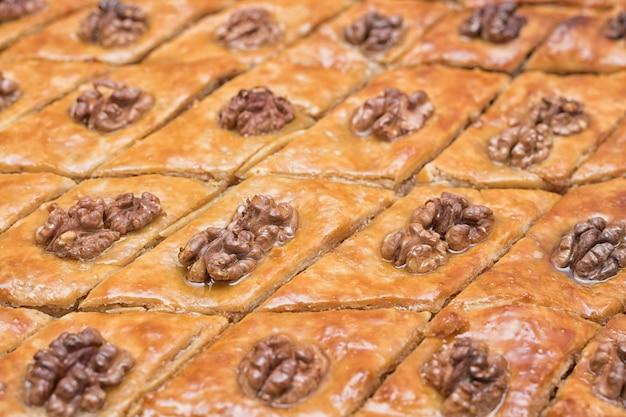 Turkse baklava met walnoten. detailopname. traditioneel oosters dessert