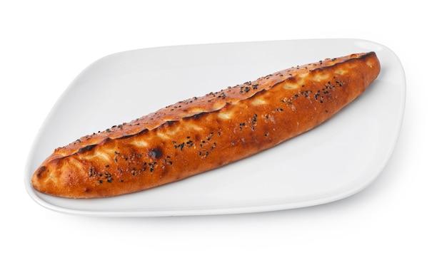 Turkse bootvormige flatbread pide geïsoleerd op wit
