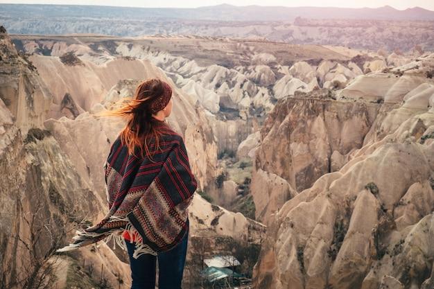 Turkse cappadocia rotsformatie landschap waargenomen door jonge vrouw