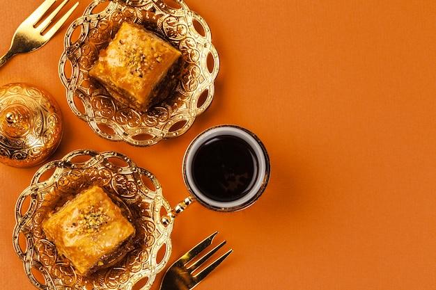 Turkse dessert baklava geserveerd op traditionele metalen vaatwerk
