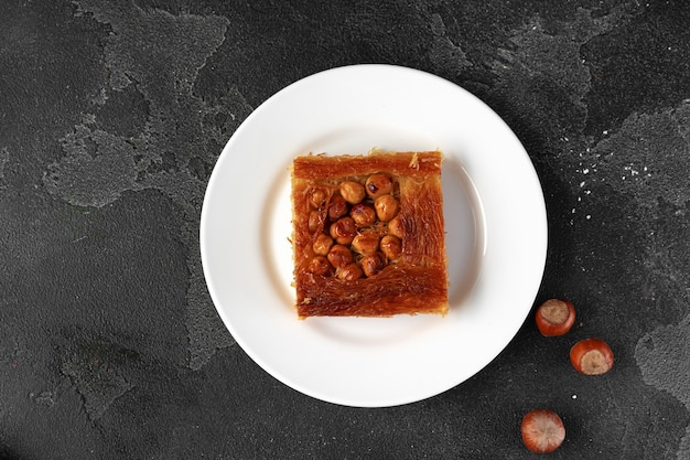 Turkse dessertbaklava met noten op zwarte achtergrond