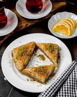 Turkse driehoek pakhlava op de tafel
