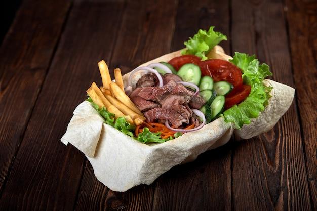Turkse en arabische traditionele ramadan mix kebab plaat.