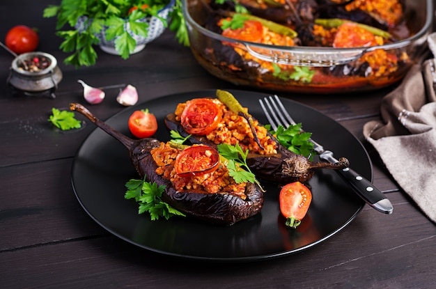 Turkse gevulde aubergines met rundergehakt en groenten gebakken met tomatensaus