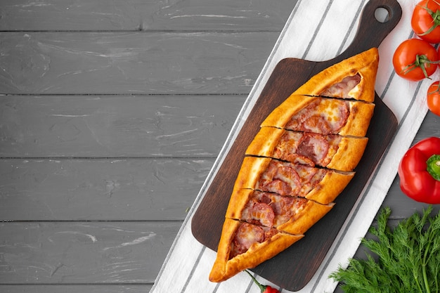 Turkse gevulde flatbread pide op grijze houten tafel