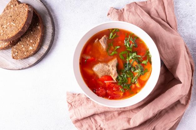 Turkse keuken shurpa soep ronde plaat brood roze doek
