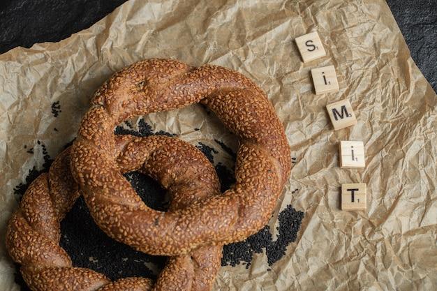 Turkse knapperige rondgevlochten bagels met sesamzaadjes.