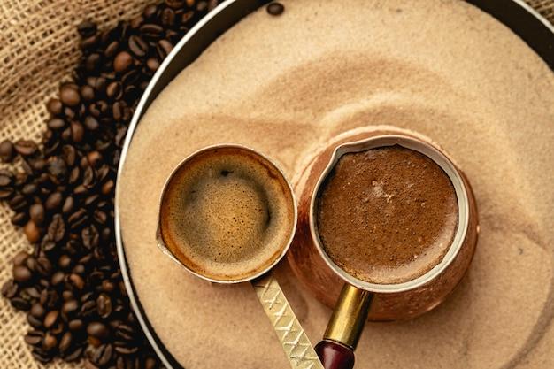 Turkse koffie bereid in zand met turk