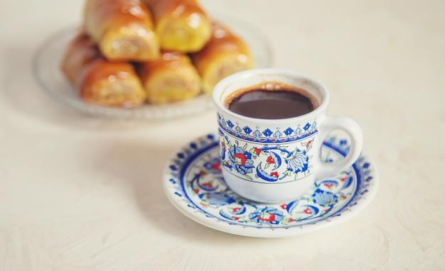 Turkse koffie en baklava op een lichte achtergrond. selectieve aandacht. natuur.