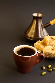 Turkse koffie en genot op de zwarte achtergrond