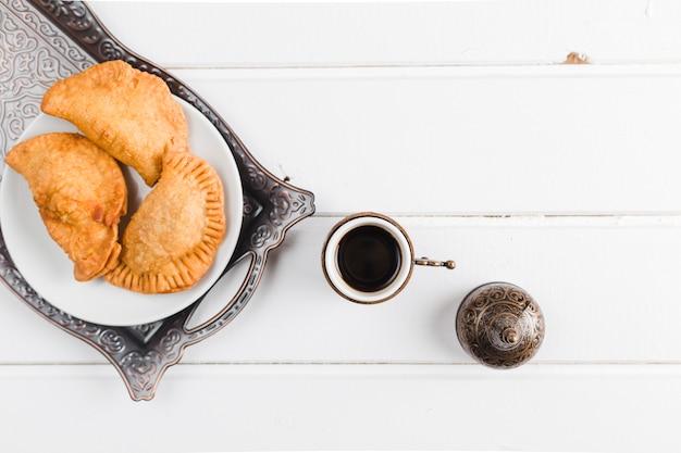 Turkse koffie en pasteien op dienblad