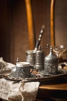Turkse koffie en traditionele koperen portie over vintage