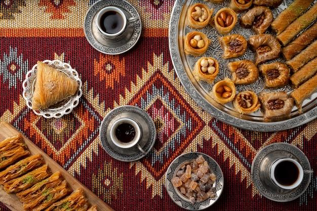 Turkse koffie en zoetigheden geserveerd op een kleurrijk tapijt met patronen