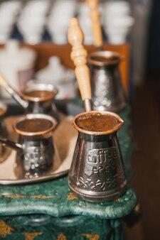 Turkse koffie gebrouwen op zand in cezve. oosterse, oosterse koffie