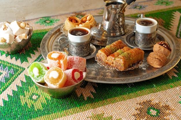 Turkse koffie geserveerd met turks fruit op metalen dienblad