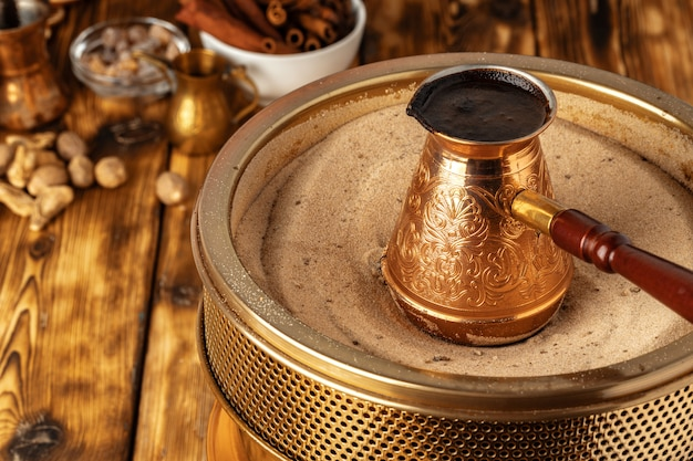 Turkse koffie in cezve op het zand