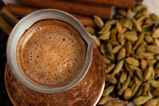 Turkse koffie met schuim in koper turk