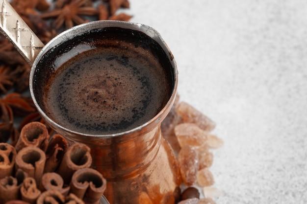 Turkse koffie met schuim in koperen turk, bovenaanzicht