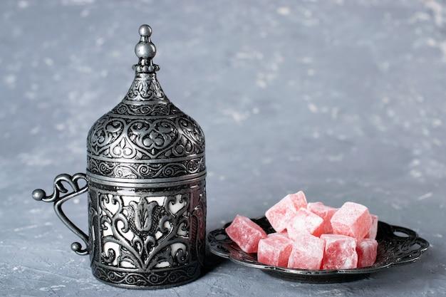 Turkse koffie. oosters servies met een patroon. koffiebonen, turks fruit