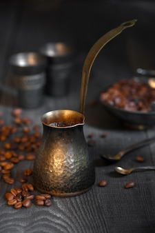 Turkse koffie op de oude houten tafel