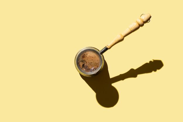 Turkse koffiepot met lange steel