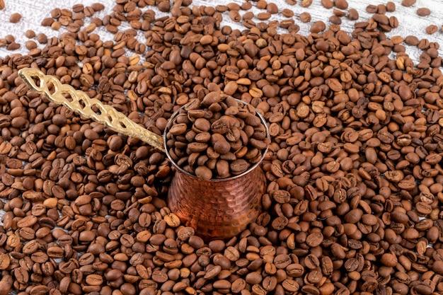 Turkse koffiepot op koffiebonen