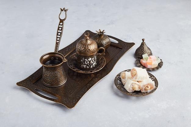 Turkse koffieset met gelei en lokum.