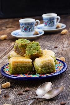 Turkse lekkernijen. baklava-snoepjes met twee kopjes koffie