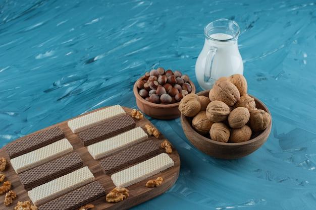 Turkse lekkernijen met pinda's op een donkere houten plaat