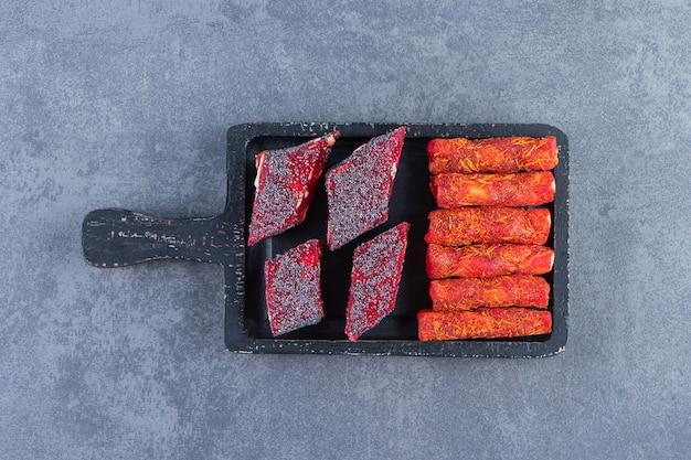 Turkse lekkernijen op een bord op het marmeren oppervlak