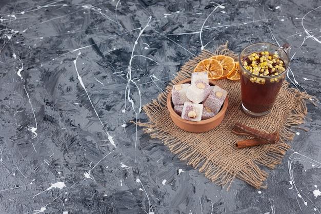 Turkse lokum met hazelnoten en een kopje kruidenthee.