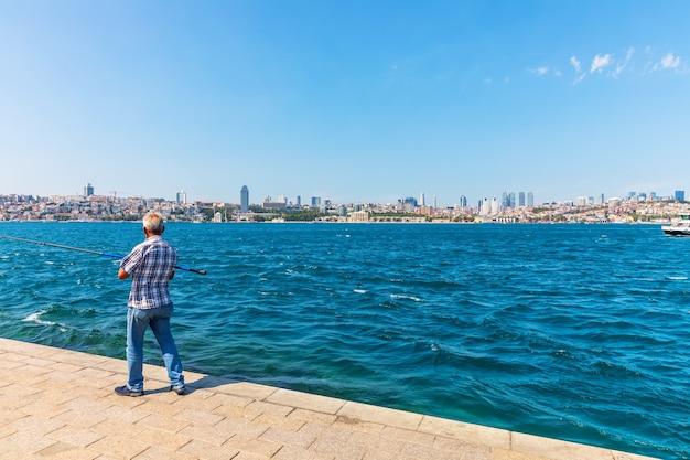 Turkse man vissen in de bosporus, istanbul.