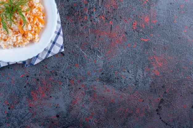 Turkse menemen in een witte plaat met kruiden.