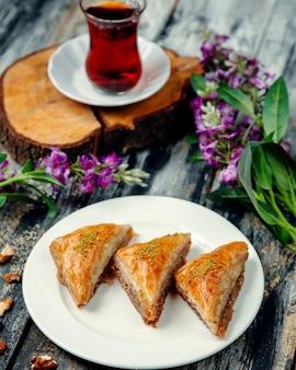 Turkse pakhlava met noten in driehoekige vorm