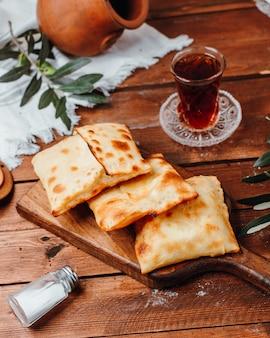 Turkse pannenkoeken met witte kaas op snijplank