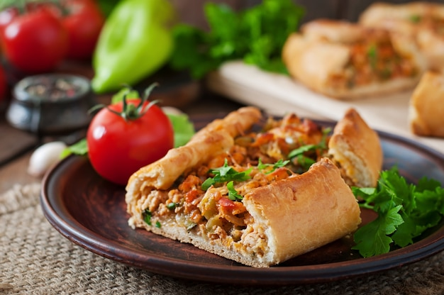 Turkse pide traditionele gerechten met rundvlees en groenten