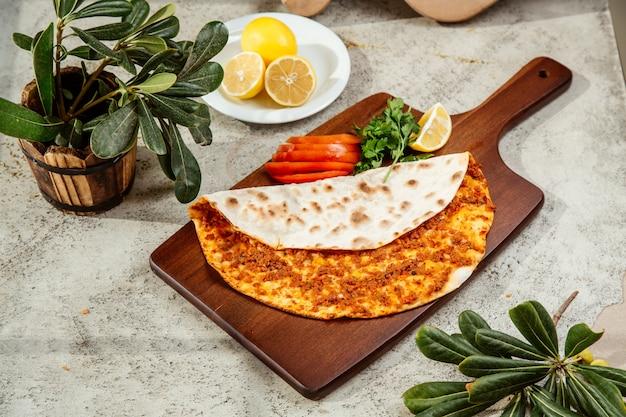 Turkse pizza lahmajun flatbread met gehakt met citroen en peterselie