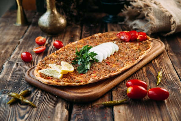 Turkse pizza lahmajun met gehakt op dunne korst