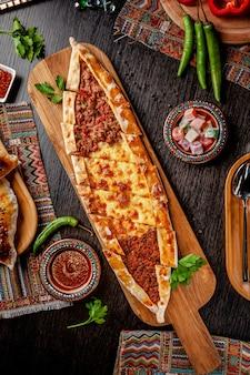 Turkse pizza pita met een andere vulling.