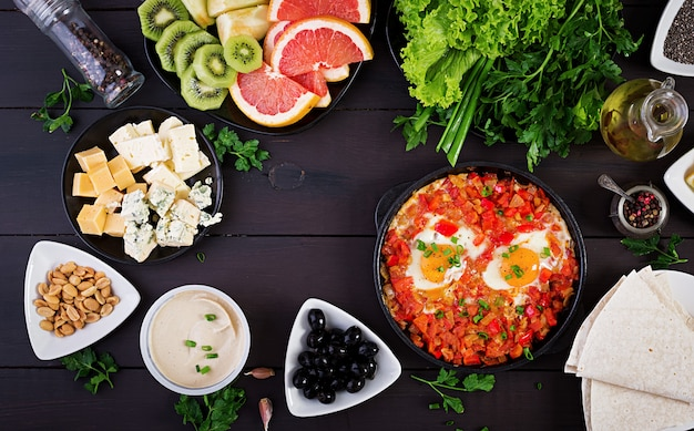 Turkse shakshuka met olijven, kaas en greens