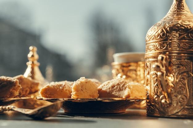 Turkse snoepjes met koffie op een houten tafel