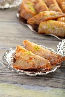 Turkse snoepjesbaklava en metaal oosters dienblad op houten