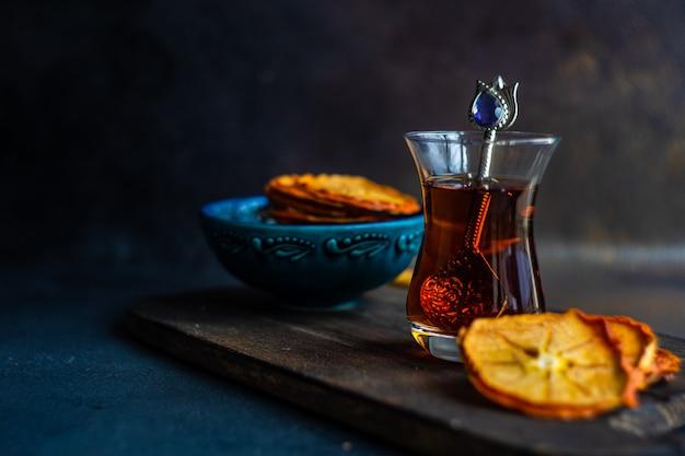 Turkse thee in glas