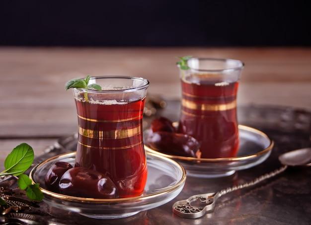 Turkse thee in traditionele glaskoppen op de dienblad
