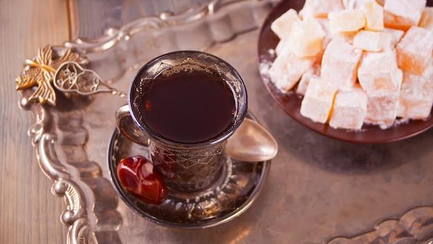 Turkse thee in traditionele glazen bekers op het metalen dienblad