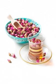 Turkse thee in traditionele glazen